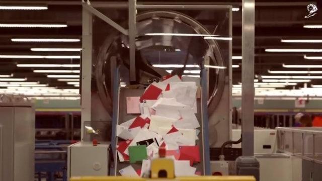 機械で自動選別される手紙