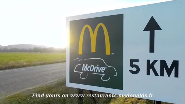 マクドナルドがライバルを揶揄!ユニークな看板広告が話題