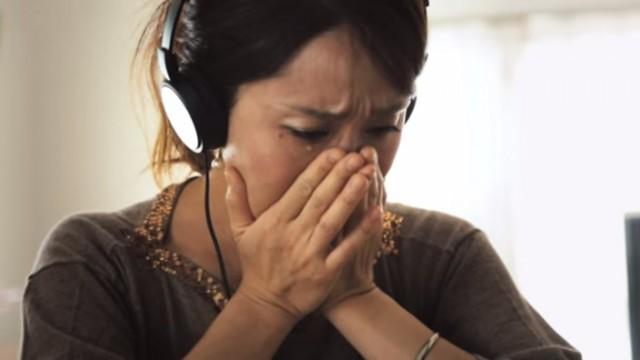 子どもたちのインタビューに涙する母親