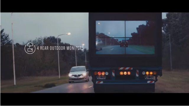 トラックに設置されたモニターでトラックの前方が見える